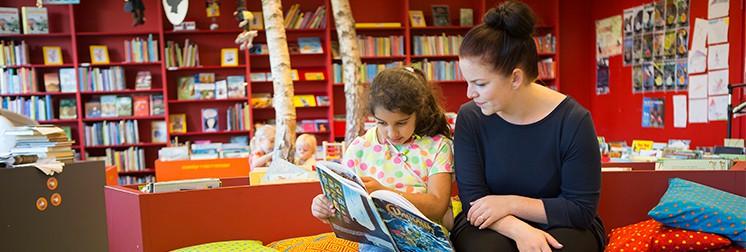 Pige får hjælp med lektierne gennem frivillig lektieven/lektiehjælp