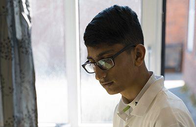 Khabat kigger ned i jorden. Han er på sit værelse.