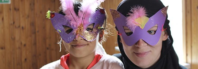 En pige og en frivillig har iklædt sig smukke, hjemmelavede ninjamasker