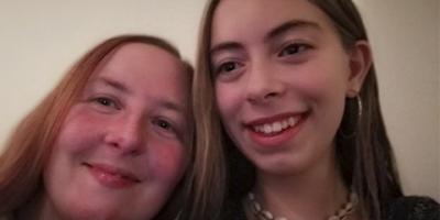 Billede af Cecilie og Cecilies mor Mette der smiler til kameraet