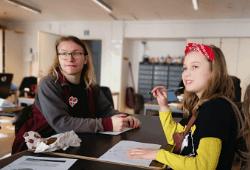 Pige og frivillig til læringscafé for børn