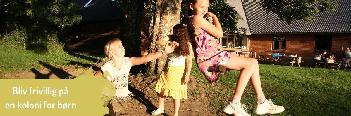Piger der leger på koloni