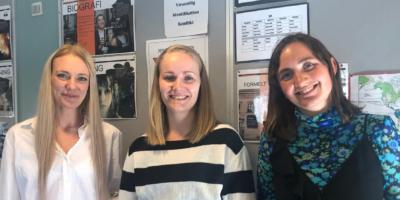 De tre frivillige smiler til kameraet